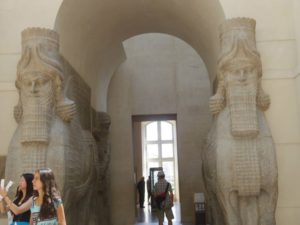 ルーブル美術館の展示品の石像。触りたくなりますが、触ってはいけません。