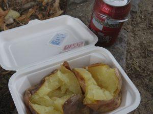 ベルサイユの庭園で食べたジャガイモ。フランスで食べたものの中ではこれが一番おいしかった気がします。