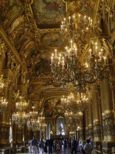 オペラ座の廊下の内観。私が見たパリの建物の中で一番デコっています。きれいです。