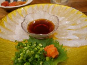下のお皿が透けて見えるほど薄く切られたイカのお刺身