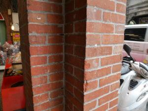 レンガ造りの建物が多い。この柱は当時を再現した新しいものと思われ。