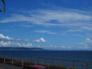 鎌倉高校前駅から臨む相模湾。向こう側の陸地は葉山あたりと思います。