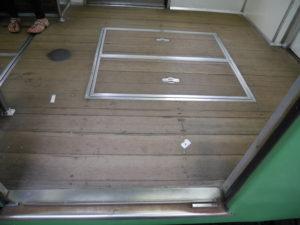 板がはられている江ノ電の車輌