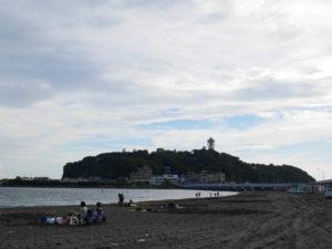 東の浜から見た江ノ島の遠景