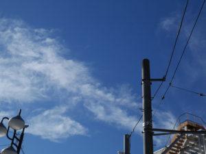 世田谷線下高井戸駅近くで撮影した空の写真。個人的には電柱と電線がいい味を出してくれていると思います。