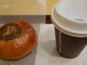 京王線下高井戸駅改札前のパン屋さんフロマンドール買ったコーヒーとパン。今回は甘いものがほしかったのでアンパンです。