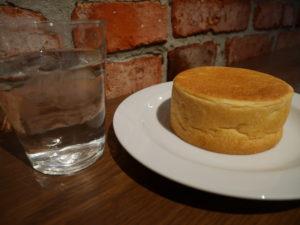 カフェマメヒコの販売店で買った丸いパン。金曜日はあんこが入ったパンを売ってくれる。