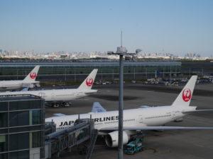出発前に展望台から見たJALの飛行機。スカイツリーと東京タワーも見えます。